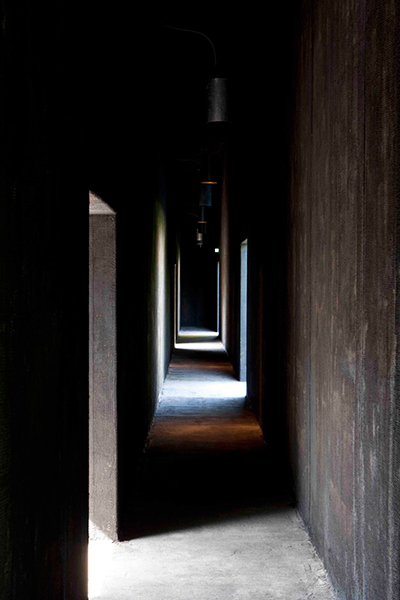 An interior hallway of Peter Zumthor and Piet Oudolf's Hortus Conclusus at the Serpentine Gallery. Image courtesy of designboom®; photography by Walter Herfst.